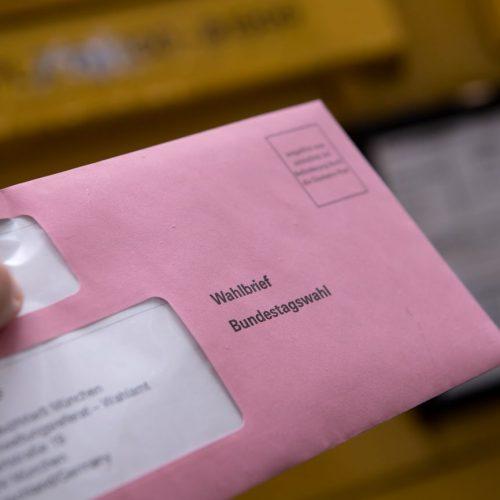 Ein Wahlbrief wird bei der Bundestagswahl 2017 eingeworfen.