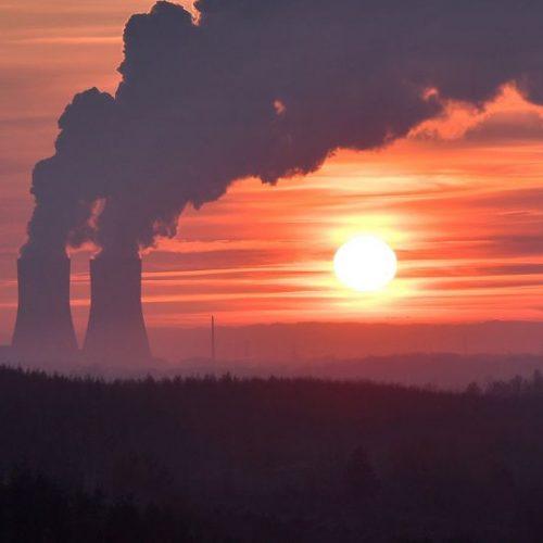 Zusätzlich zur Minderung von Treibhausgasen bietet sich für das Ziel der Klimaneutralität womöglich auch das unterirdische Speichern von Kohlendioxid im Ausland an. Für einen solchen CO2-Export könnte es bald die notwendigen politischen Regelungen geben. Verfrachten wir das Treibhausgas-Problem damit nur an eine andere Stelle?