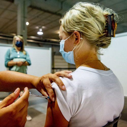 Corona-Impfung von jungem Mädchen