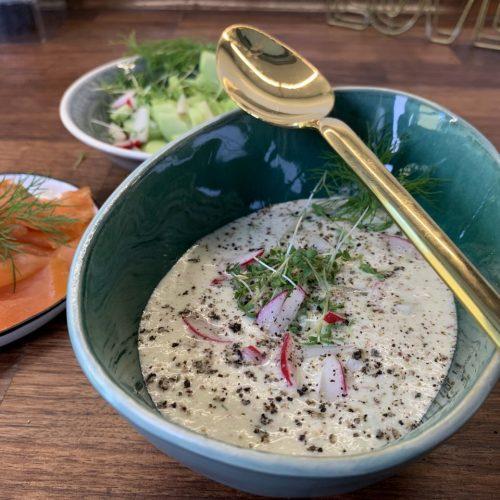 Suppen und Sommer passen nicht zusammen? Von wegen - mit unseren erfrischenden Rezepten möchtest du gar nicht mehr mit dem Löffeln aufhören. Im Topf: Coole Gurken-Bowl, Süßkartoffel-Limetten-Suppe und Ramen mit Kimchi.