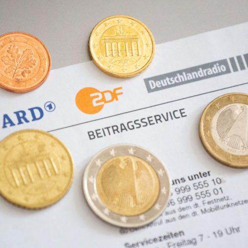 Von 17,50 Euro pro Monat rauf auf 18,36 Euro: Zunächst hatte Sachsen-Anhalt die Erhöhung blockiert. Nun hat das Bundesverfassungsgericht sie bestätigt.