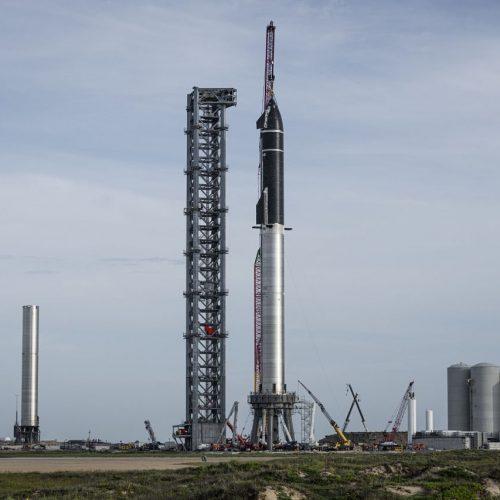 Das Raumschiff Starship (oben) und die Raketenstufe Superheavy (unten).