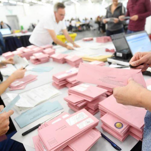 Wahlhelfer bereiten bei der Bundestagswahl 2017 die Auszählung der Briefwahlstimmen vor.