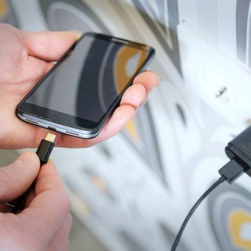 Es gibt für Smartphones verschiedene Ladekabel.