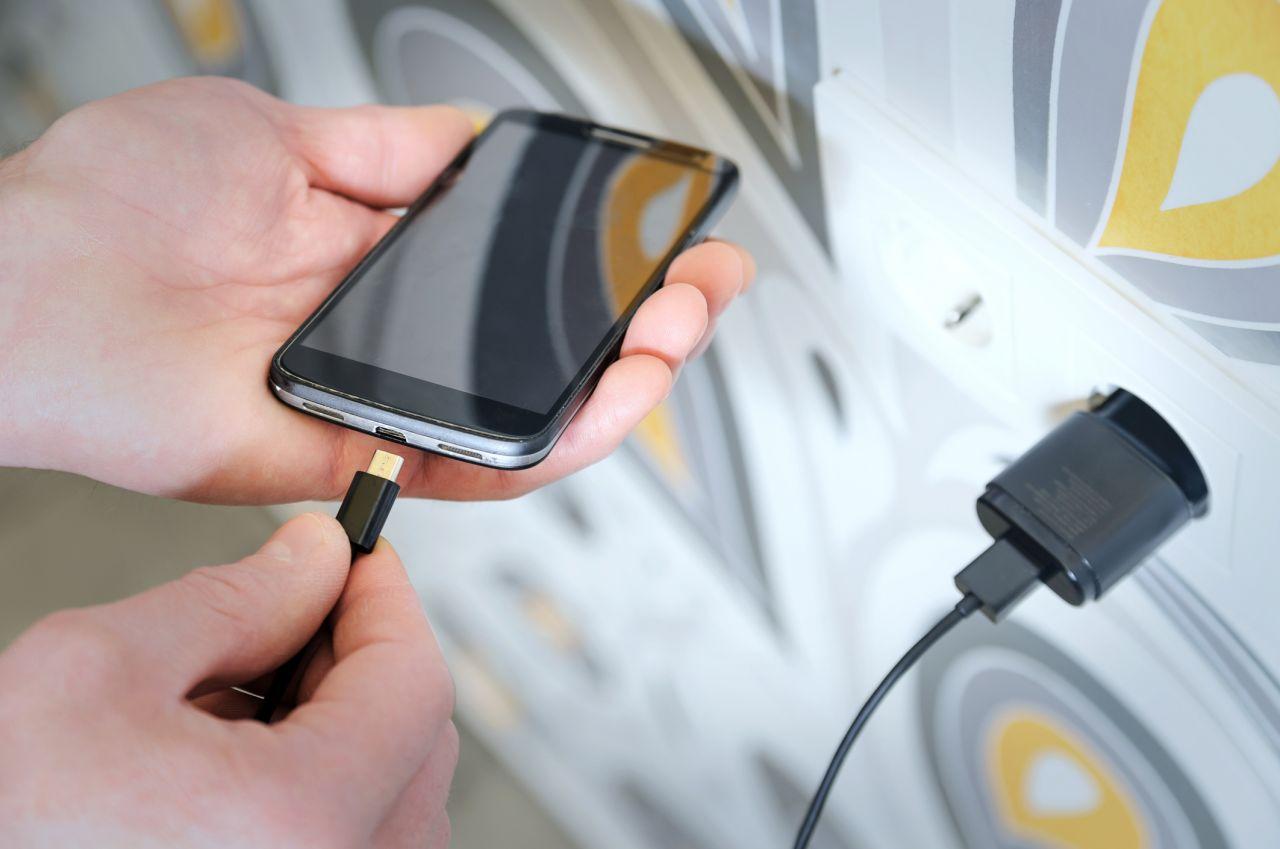 Bald könnte es einheitliche Ladegeräte für alle Handys geben
