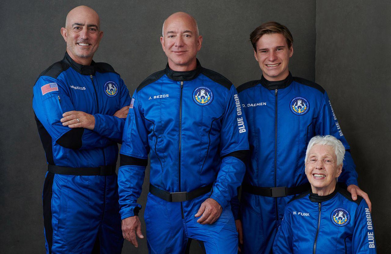 Jeff Bezos mit seiner Crew: Mark Bezos, Oliver Daemen und Wally Funk