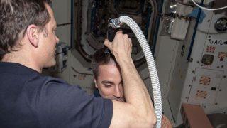Co-Astronaut von Matthias Maurer, NASA-Astronaut Tom Marshburn rasiert Kollegin Chris Cassidy die Haare