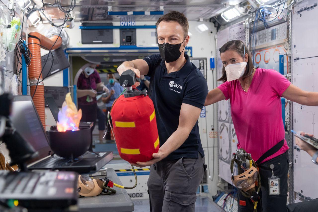 ESA-Astronaut Matthias Maurer beim Löschen eines Plastikfeuers in Houston Texas