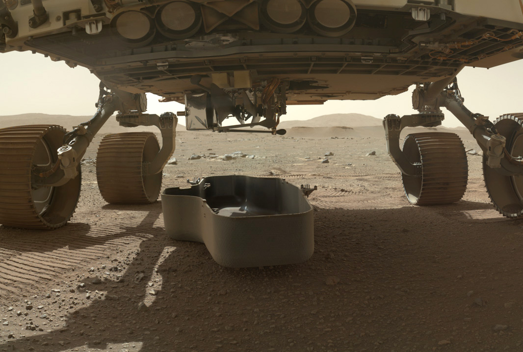 Der Marshelikopter Imngenuity hängt unter dem Rover Persevernace