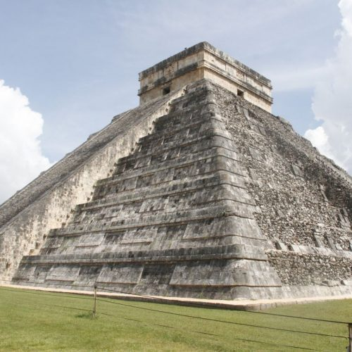Stufen der Geschichte: Die Ruinen von Chichén Itzá gehören zu den bekanntesten Maya-Bauwerken und erstrecken sich über mehr als 1.500 Hektar. Chichén Itzá liegt auf der mexikanischen Halbinsel Yucatan und erlebte seine Blütezeit wohl zwischen dem 8. und 11. Jahrhundert nach Christus. Typisch für die Bauweise sind rechte Winkel, Bögen kannten die Maya nicht. Das Foto zeigt die Kukulcán-Pyramide. Sie wurde als Tempel genutzt, ist 30 Meter hoch und misst in Länge und Breite jeweils 55 Meter.