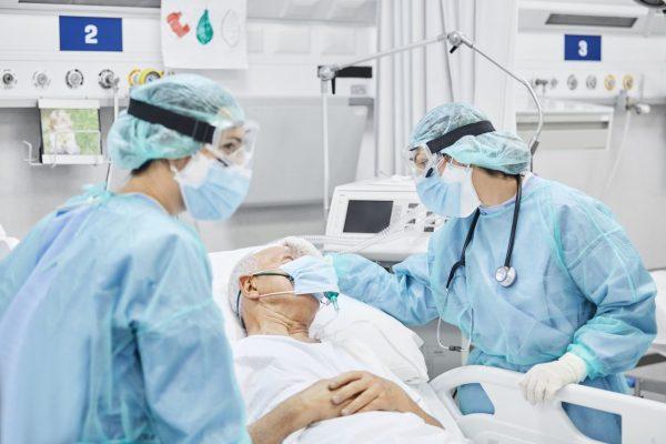 Ärzte kümmern sich um einen Patienten in der Klinik.