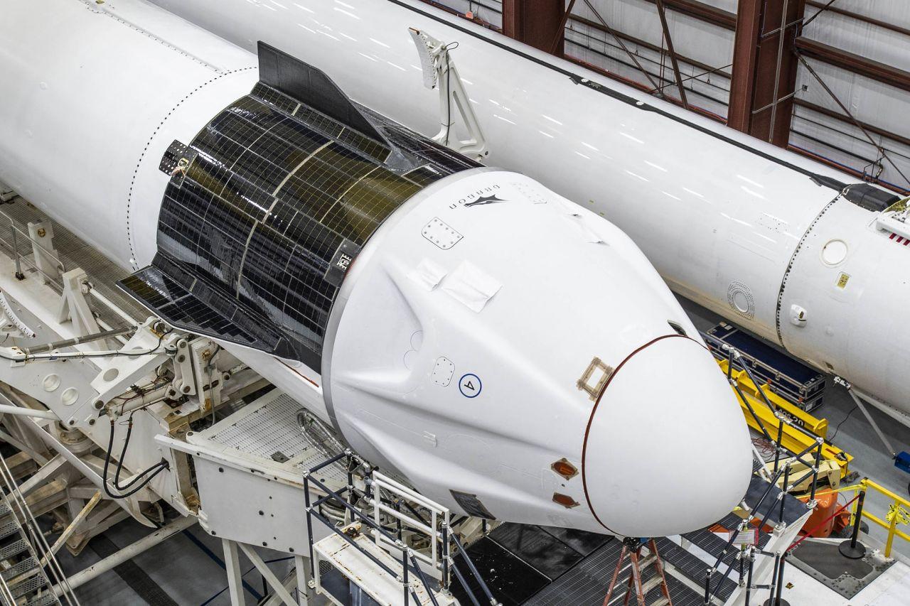 Crew Dragon auf die Rakete montiert
