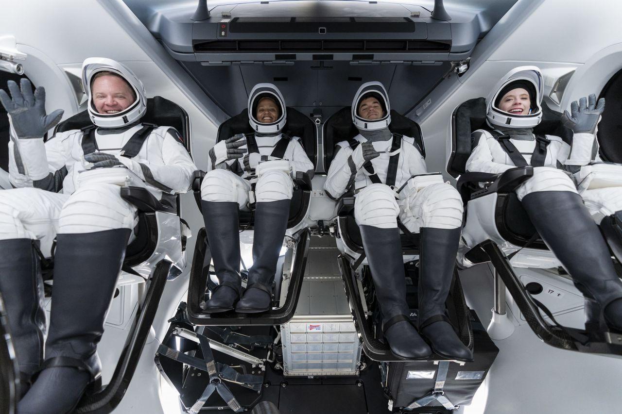 Weltraumtouristen der Inspiration4 im Crew Dragon