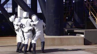 Die Weltraumtouristen der Inspiration4 Mission betrachten die Falcon-9-Rakete und und das Crew Dragon Raumschiff