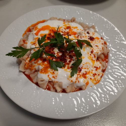 Türkische Manti sind leckere Teigtaschen mit Knoblauch, Paprikapulver, Yoghurt und Petersilie.