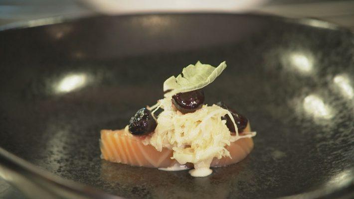 Lachs mit Sauerkraut und Kirschen