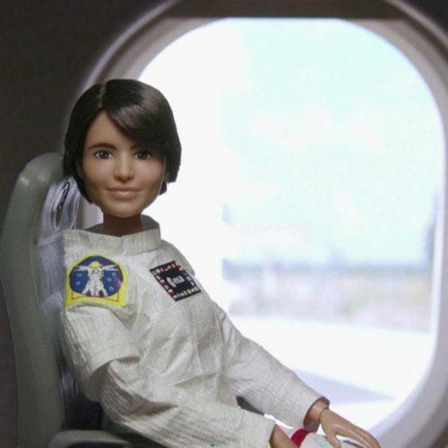 Barbie als Astronautin im Weltall. Die Aktion wird zur weltweiten Weltall-Woche veranstaltet.