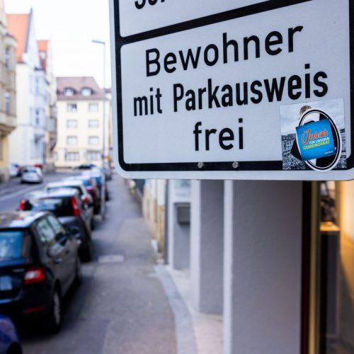 Ein Bewohner-Parkausweis kostet bislang höchstens rund 30 Euro jährlich. Nach einer Gesetzesänderung drohen allerdings Gebühren von mehreren Hundert Euro, womöglich abhängig von der Größe des Autos.