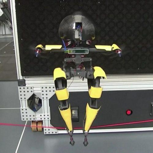 In den Clips der Woche stellt sich Leonardo vor, der erste 2-beinige Roboter, der auch fliegen kann. Außerdem: Wie Menschen in Bangkok dem Monsun-Hochwasser und den Einschränkungen in der Corona-Pandemie trotzen.