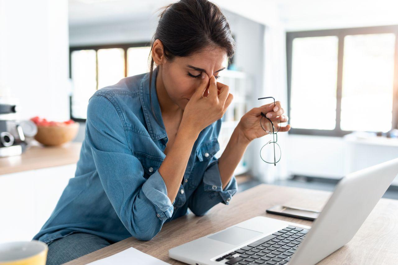 Frau unglücklich im Beruf