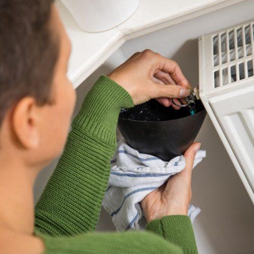Für wohlige Wärme daheim sind wir in der kalten Jahreszeit auf die Heizung angewiesen. Um auf Temperatur zu kommen, braucht die meist Gas oder Öl. Weil deren Preise zuletzt stark anstiegen, weht Verbraucher:innen wohl ein teurer Winter ins Haus.